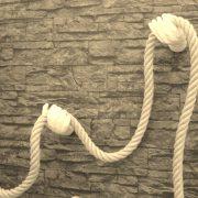 Handen met aansluiting aan muur